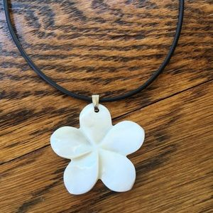 Jewelry - Mother of pearl Flower Pendant Necklace